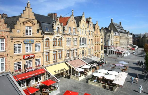 Ieper : Stad Ieper Grote Markt met terrasjesFoto TIJL CAPOEN